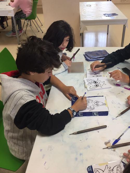 Niños en el taller de grabado
